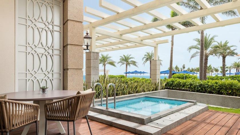 Phòng Deluxe có bể ngâm riêng tại Sheraton Resort Đà Nẵng