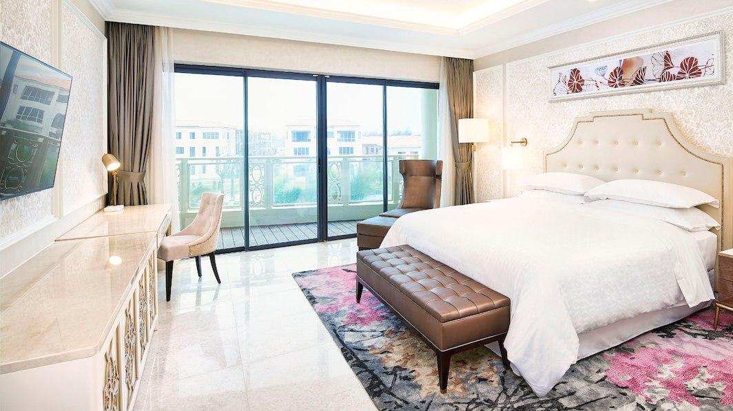 Phòng Deluxe hướng hồ bơi tại Sheraton Resort Đà Nẵng