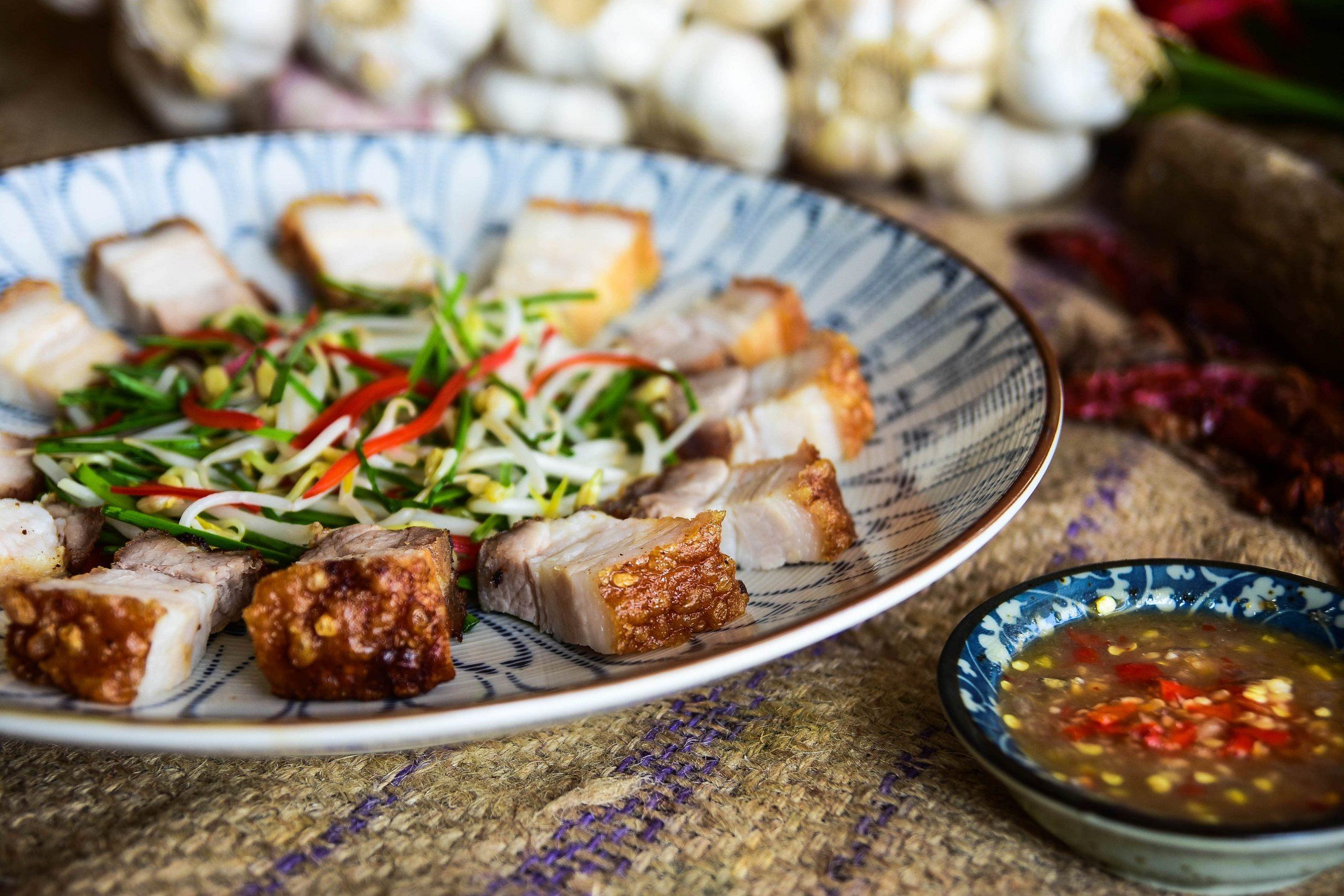 Thưởng thức món bánh ướt thịt heo quay tại furama resort đà nẵng