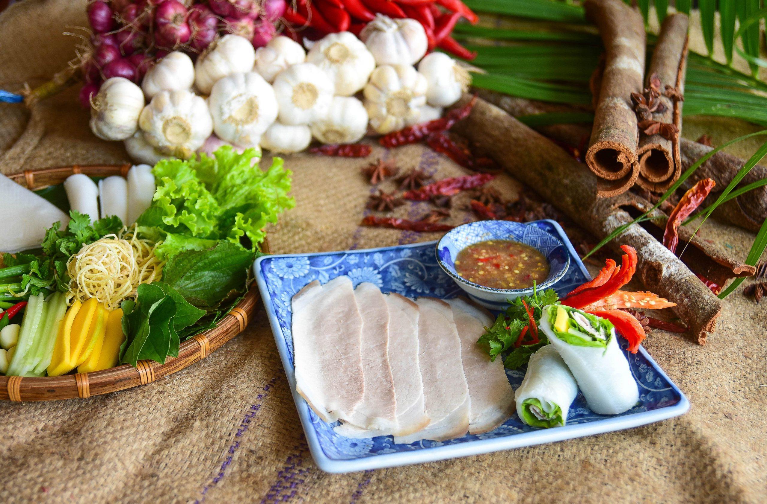 Thưởng thức món bánh tráng cuốn thịt heo tại furama resort đà nẵng