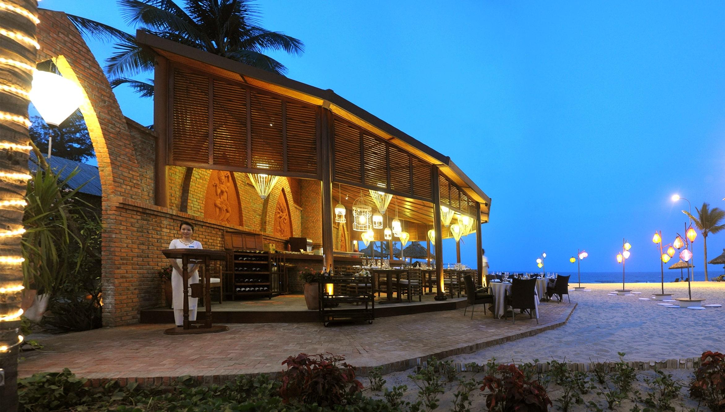 Nhà hàng Steak House nằm ngay bãi biển của resort furama đà nẵng