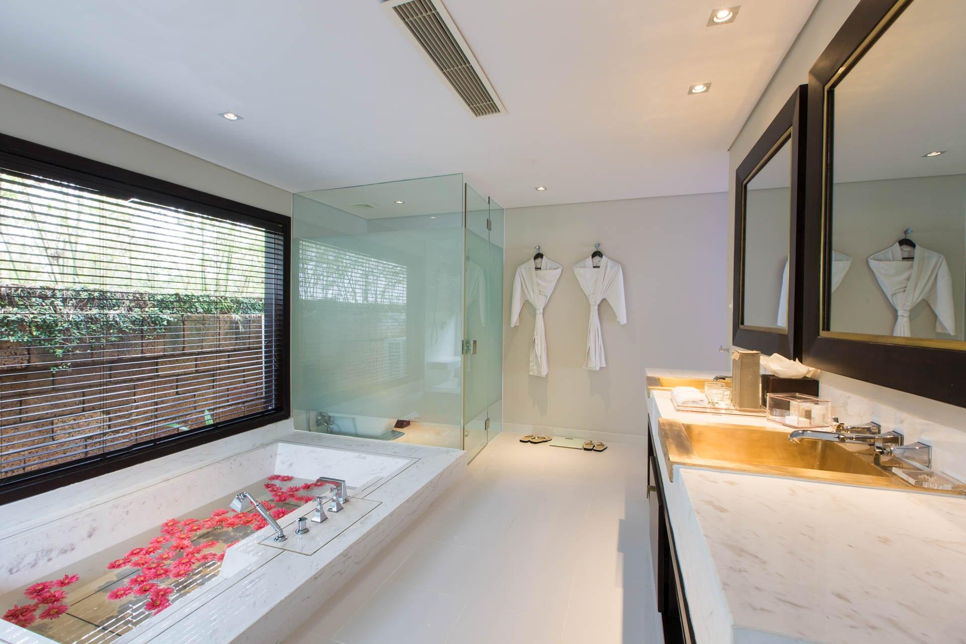 Tận hưởng sự thoải mái bên trong bồn tắm nằm của Villa Fusion