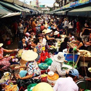 Khu ăn uống ngoài lúc nào cũng đông đúc tại chợ Cồn