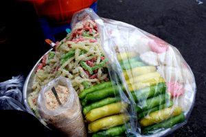 Thưởng thức vị lạ của bánh nếp phủ dừa tại cổng chợ Cồn Đà Nẵng