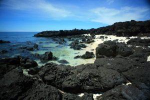 Những tảng đá đen làm nên tên gọi của Bãi Đá Đen