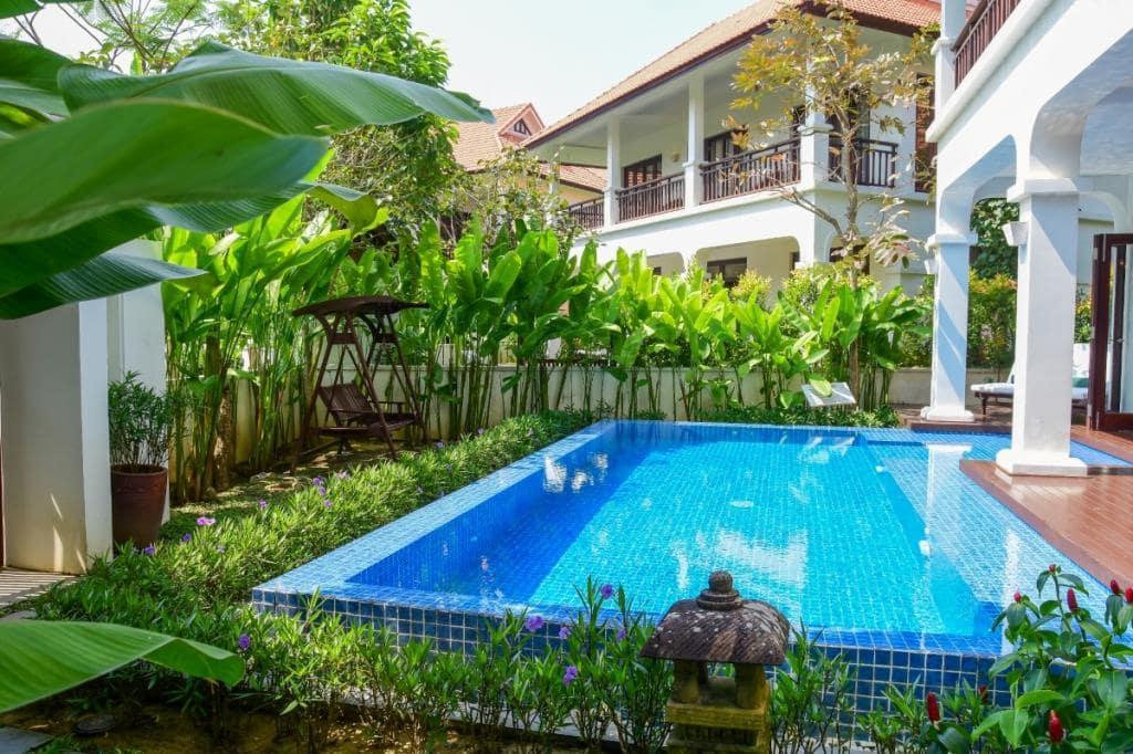 Thoải sức bơi lội tại hồ bơi villa Furama Đà Nẵng