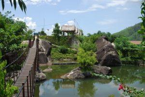Ngắm nhìn thiên nhiên tại cây cầu treo tại suối Hoa