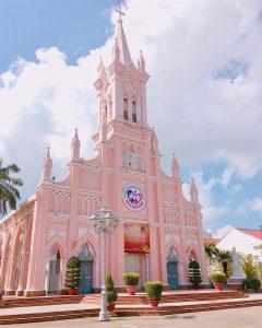 Kiến trúc độc đáo và màu hồng ấn tượng của Nhà thờ Con Gà