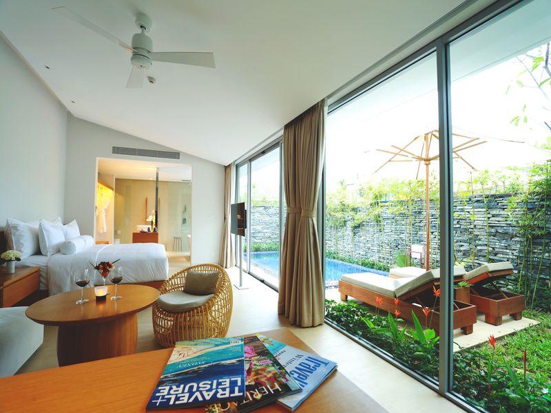Phòng khách và hồ bơi tại Naman Retreat Đà Nẵng