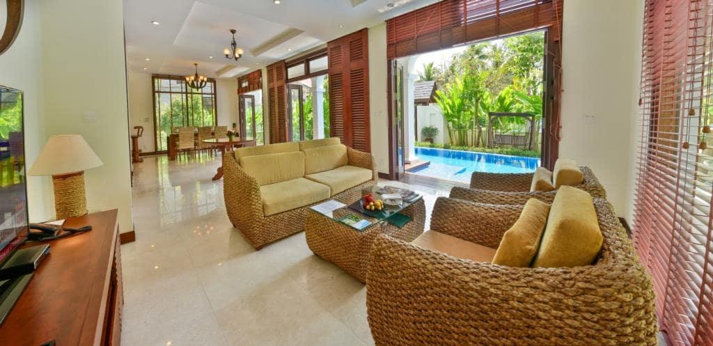 Phòng khách nhìn ra hồ bơi tại Furama Đà Nẵng