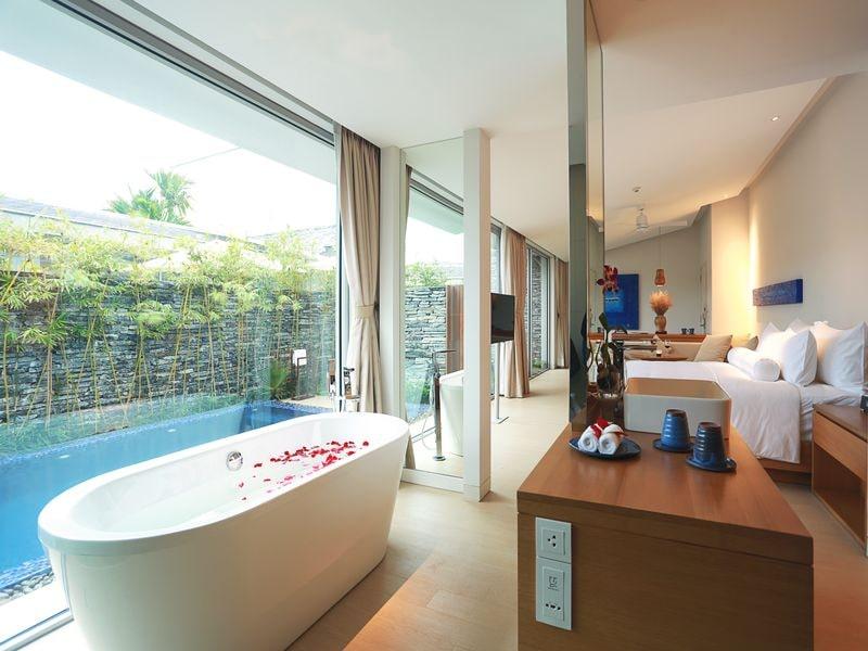 Phòng ngủ và hồ bơi tại Naman Đà Nẵng