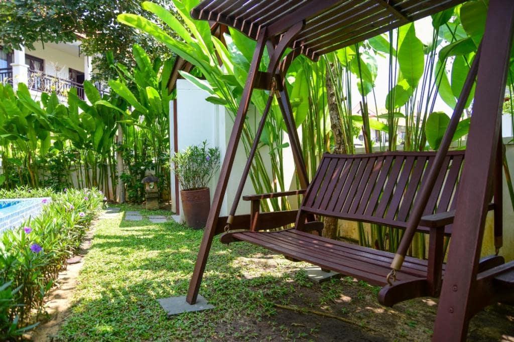 Xích đu tại sân vườn biệt thự hồ bơi Furama Đà Nẵng