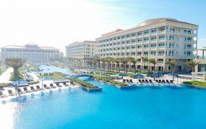 Hòa mình với dòng nước trong lành tại bể bơi vô cực dài 250m tại Resort Sheraton Đà Nẵng