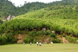 Sân đá bóng rộng thênh thang trong khu du lịch