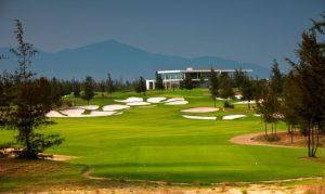 Phong cảnh đẹp và những bãi cát mở rộng thu hút golf thủ đến với