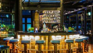 Nhà hàng Barefoot thơ mộng cạnh biển đêm
