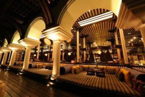 The Long Bar của Intercontinental thích hợp cho cả gia đình thưởng thức