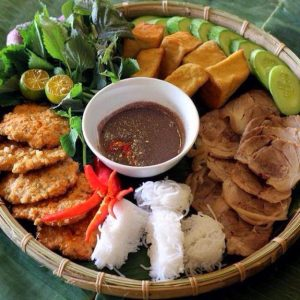 Mẹt bún đậu với đầy đủ hương vị bắt mắt và hấp dẫn thực khách tại quán bún Cô Thường Đà Nẵng