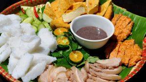Mẹt mắm tôm ngon phải đầy đủ nguyên liệu từ thịt, chả, đậu khuôn và bún