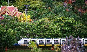 Tàu điện sẽ đưa bạn đi tham quan toàn bộ khu vui chơi Asia Park Đà Nẵng