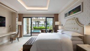 Nội thất trong phòng và thiết kế thiên nhiên bao quanh tạo nên một không gian nghỉ dưỡng hoàn hảo tại Deluxe Plunge Pool