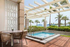 Khu vực bể ngâm và cây cối bao quanh ăn phòng Deluxe Plunge Pool Sheraton Đà Nẵng
