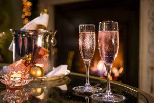 Hòa mình vào không khí sôi động của Mix Bar và thưởng thức các loại rượu