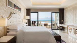 View hướng biển đem lại một không gian hoàn hảo tại căn phòng Deluxe Sea View của resort Sheraton Đà Nẵng