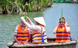 Du khách được tặng những món quà được làm từ lá dừa khi đến du lịch Rừng dừa 7 mẫu