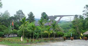 Cổng chào với hình chim lạc nổi bật tại khu du lịch suối Lương