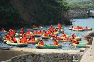 Hoạt động trượt thác rất thú vị và mạo hiểm dành cho bạn khi đến khu du lịch trượt thác Hòa Phú Thành Đà Nẵng