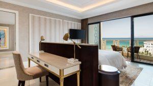 Nội thất và tầm nhìn hướng ra biển cực kì lý tưởng tại căn phòng Deluxe Suite Sheraton Đà Nẵng
