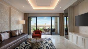 Căn phòng Garden Suite rộng rãi, ban công hướng biển rất lý tưởng dành cho du khách nghỉ ngơi
