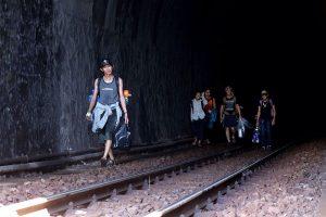 Lối đi vào hầm tàu để đến Làng Vân Đà Nẵng khá mạo hiểm nhưng rất thú vị