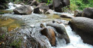 Thoải mái ngâm mình vào làn nước trong xanh, mát mẻ khi đến Ngầm Đôi Đà Nẵng