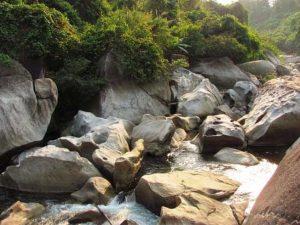Các tảng đá lớn với hình thù lạ mắt thu hút du khách khi đến Ngầm Đôi Đà Nẵng