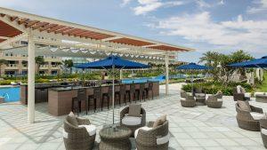 Không gian thư giãn và thưởng thức ẩm thực ngoài trời lý tưởng tại nhà hàng Poolside Bar