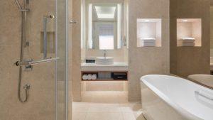 Nội thất sang trọng của phòng tắm phòng Deluxe Sea View tại khu nghỉ dưỡng Sheraton Đà Nẵng