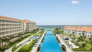 Hồ bơi vô cực dài 250m trải dài khách sạn tại khu nghỉ dưỡng Sheraton Đà Nẵng