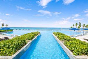 Hồ bơi vô cực dài 250m, trải dài khách sạn Sheraton Đà Nẵng chính là điểm nhấn