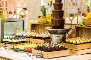 Quầy tráng miệng hấp dẫn du khách khi thưởng thức ẩm thực nhà hàng Table 88 tại khu nghỉ dưỡng Sheraton Đà Nẵng