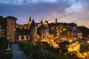 Cảnh Bà Nà Hills về đêm như một thành phố châu Âu hoa lệ