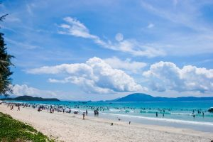 Bãi biển hoang sơ và thanh bình