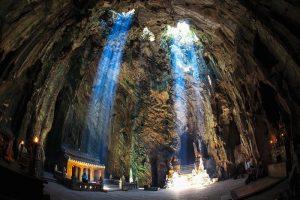 Một trong những hang động tại núi Ngũ Hành Sơn