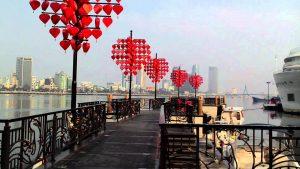 Cầu tình yêu thu hút nhiều bạn trẻ và khách du lịch đến tham quan