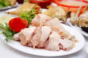 Thịt gà chặt thành từng miếng vừa ăn
