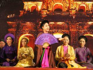 Đến Huế nhất định phải nghe làn điệu ca trù trên sông Hương nhé