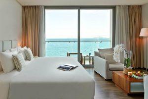 Phòng khách sạn đầy đủ tiện nghi và có view đẹp hướng biển độc đáo