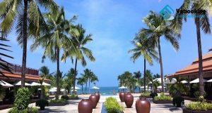 Khu nghỉ dưỡng Furama Đà Nẵng nằm gần bãi biển Mỹ Khê dành cho du khách lưu trú