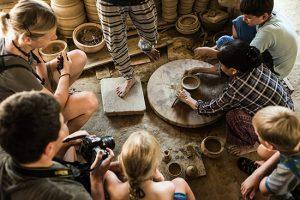 Du khách được hướng dẫn để làm nên những sản phẩm gốm theo sở thích